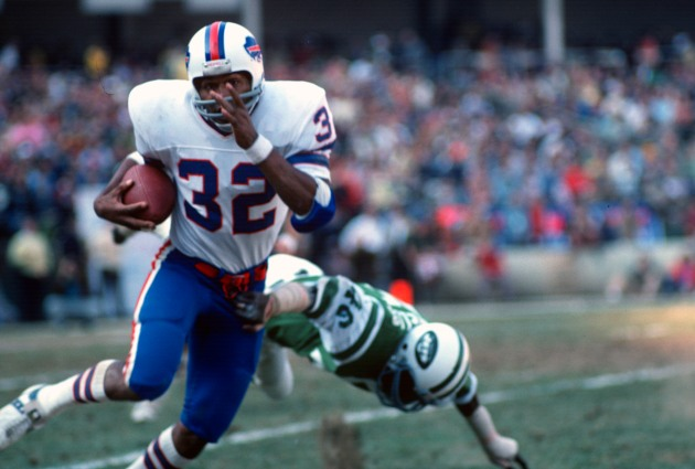 NEW YORK - NOVEMBER 2: Running back O.J. Simpson #32 of the Buffalo Bills carries the ball against the New York Jets during an NFL football game at November 2, 1975 at Shea Stadium in the Queens borough of New York City. Simpson played for the Bills from 1969-77. (Photo by Focus on Sport/Getty Images)